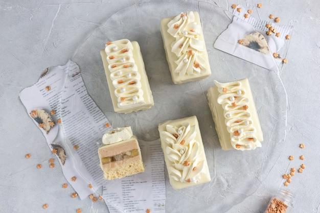 Vanillekuchen mit sahne dekoriert und bestreuen