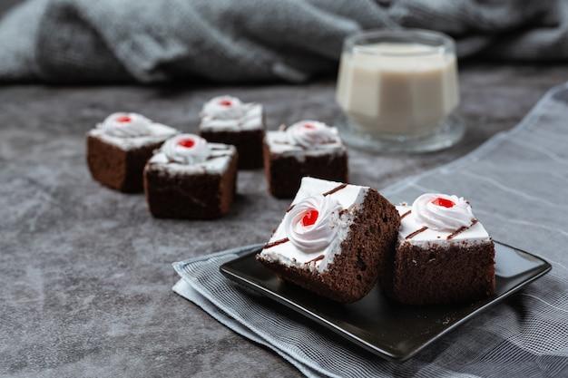 Vanillekuchen und schokolade in schöne dekorative stücke geschnitten.