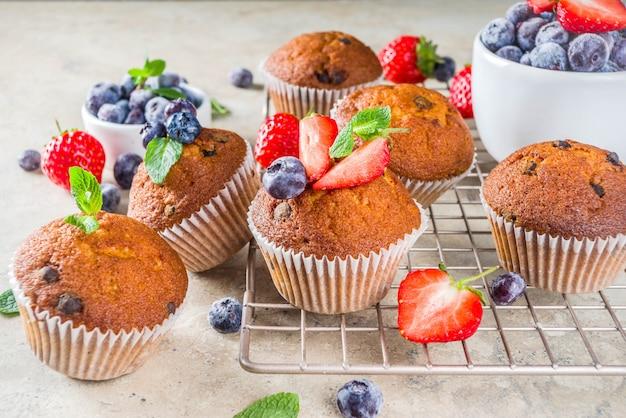 Vanillemuffins oder cupcakes mit beeren