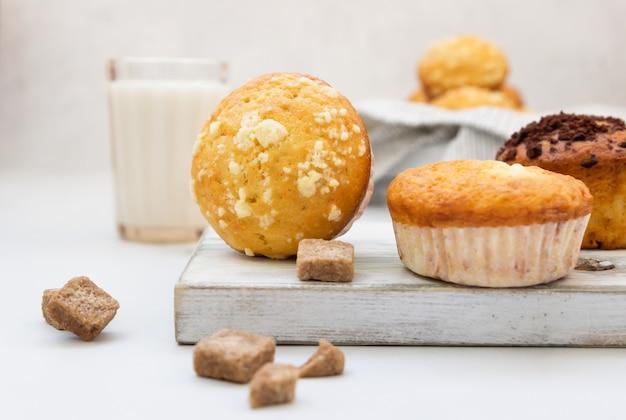 Vanillemuffins und muffins mit streusel mit einem glas milch