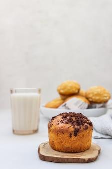 Vanillemuffins und muffins mit streusel mit einem glas milch Premium Fotos