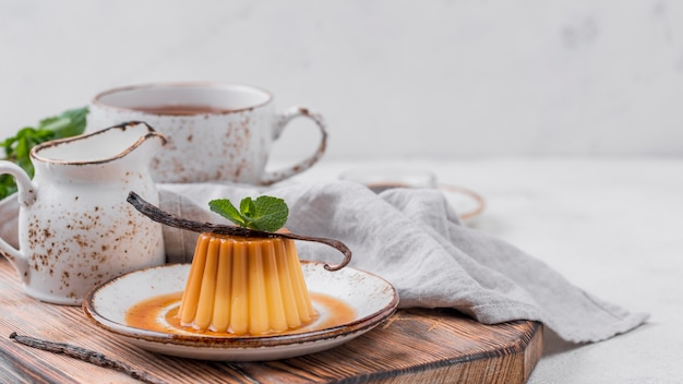 Vanillepudding auf teller mit minze und tee