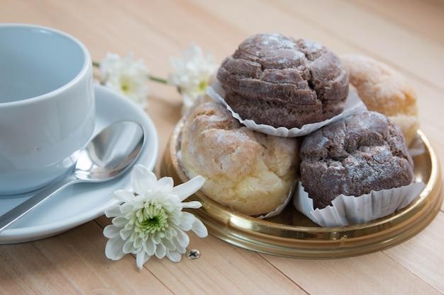 Vanillepudding und schokolade chu-windbeutel auf platte
