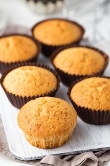Vanillla cupcakes auf einem holzbrett