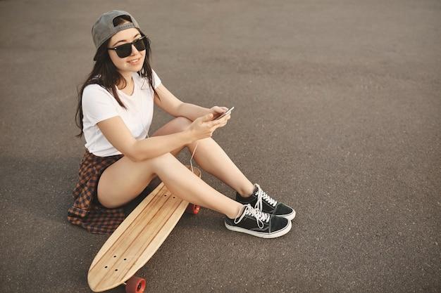 Vanlife, skateboarding und jugendkonzept. sorgloses junges mädchen