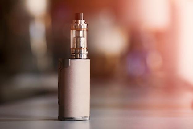 Vape, elektronische zigarette. unscharfer hintergrund
