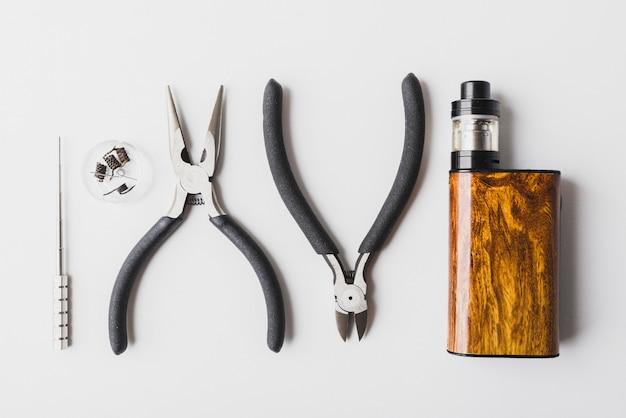 Vaping-tools mit weißem hintergrund, zerstäuber, spule, mod