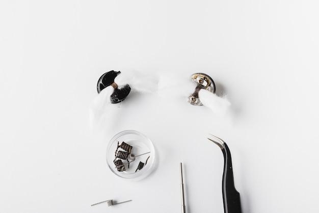Vaping-werkzeuge mit weißem hintergrund, rda, spule, baumwolle