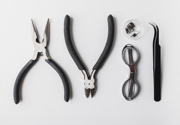 Vaping-werkzeuge mit weißem hintergrund, zerstäuber, spule, mod, schere