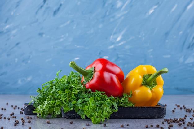 Variation verschiedenfarbiger paprika auf blau.