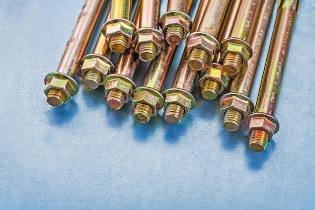 Variation von ankerbolzen für betonwände und muttern auf reparaturkonzept für metallischen hintergrund