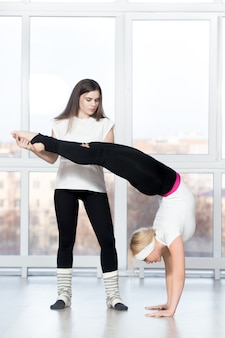 Variation von handstand mit trainer