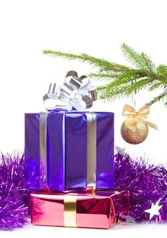 Varicolored kästen mit weihnachtsgeschenken