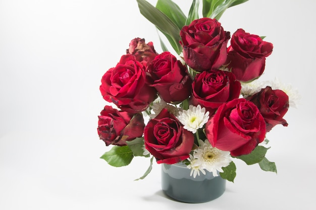 Vase blumenstrauß rote rosen im aluminiumeimer auf weißem hintergrund.