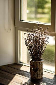 Vase mit blühenden weidenzweigen