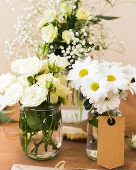 Vase mit blumen auf dem tisch