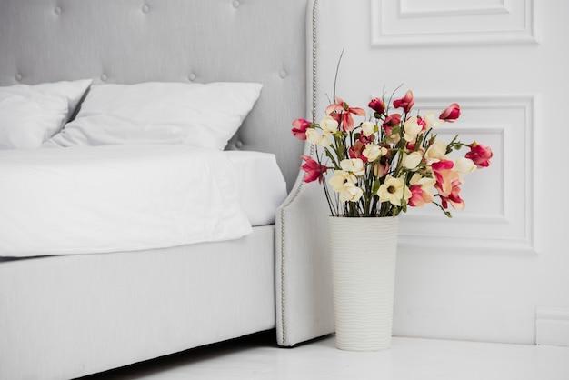 Vase mit blumen im schlafzimmer