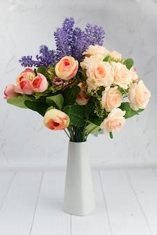 Vase mit blumen lila lila lavendel in einer schönen weißen vase