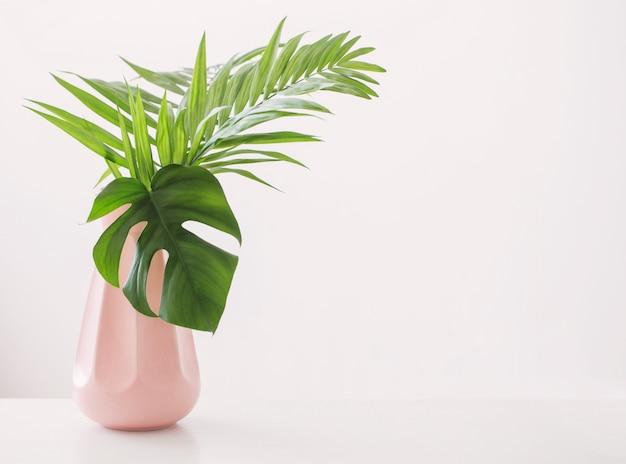 Vase mit palmblättern auf weiß