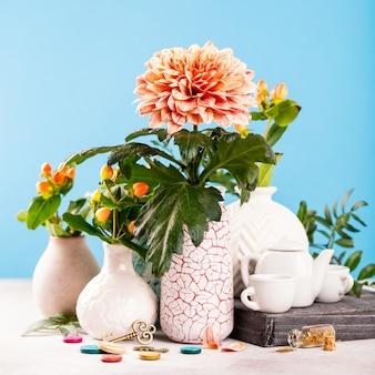 Vase mit schönen chrysanthemenblumen auf leuchttisch
