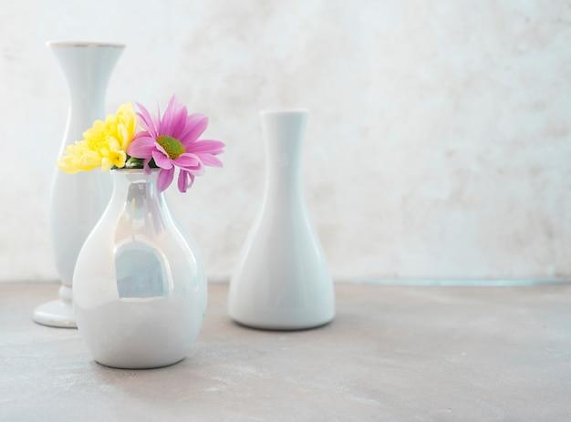 Vase zusammensetzung auf dem schreibtisch platziert