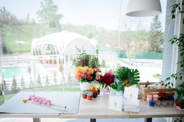 Vasen mit blumen und kisten mit dekor stehen auf einem tisch