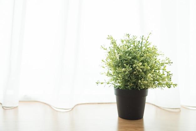 Vasenbetriebsdekoration im haus an der fensterseite