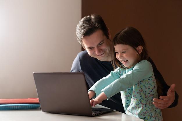 Vater arbeitet zu hause im büro, während seine kleine tochter ihn behindert