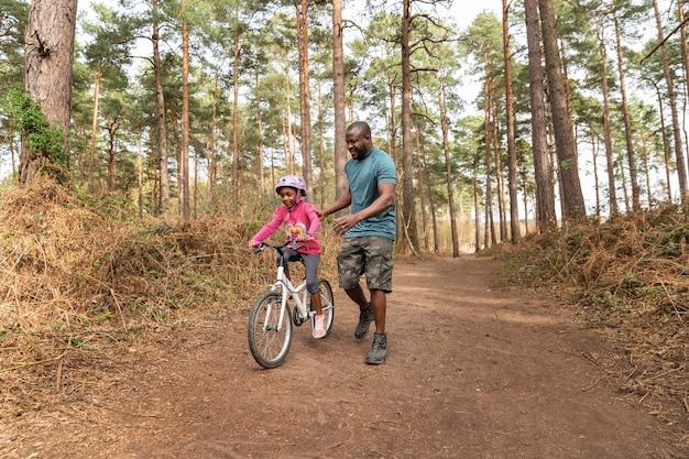 Vater bereitet sein kind auf eine radtour vor
