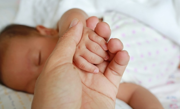 Vater, der babyhand hält. konzept der liebe und der familie.
