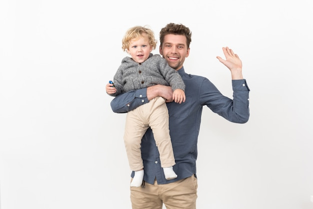 Vater, der ein babykind hält