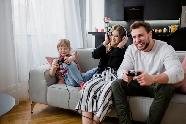 Vater, der videospiele mit tochter spielt
