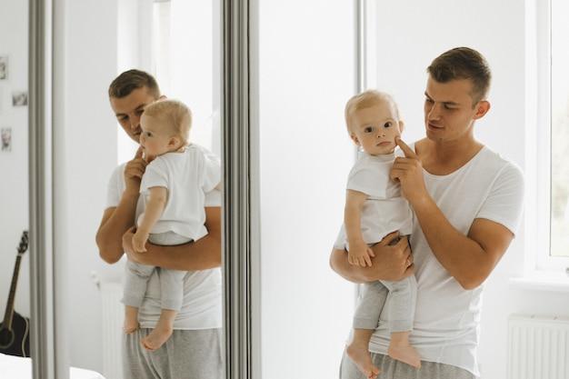 Vater genießt die wangen seines kleinen sohnes