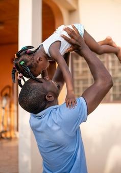 Vater hält sein kleines mädchen