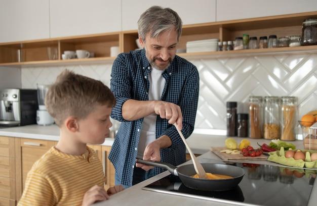 Vater kocht omelett mittlerer schuss