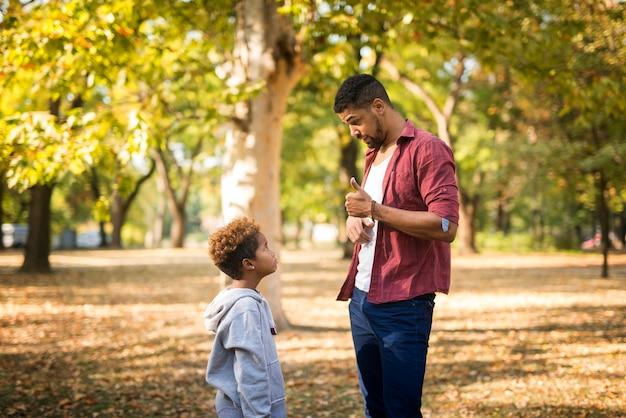 Vater kritisiert sein ungehorsames kind wegen schlechten benehmens