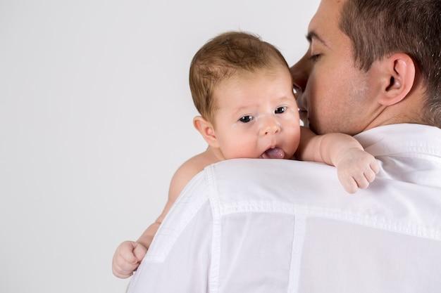 Vater küsst baby