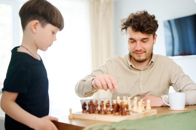 Vater lehrt sohn, wie man schach spielt konzept der erziehung und des unterrichts