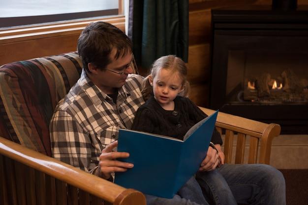 Vater liest der tochter das märchenbuch vor