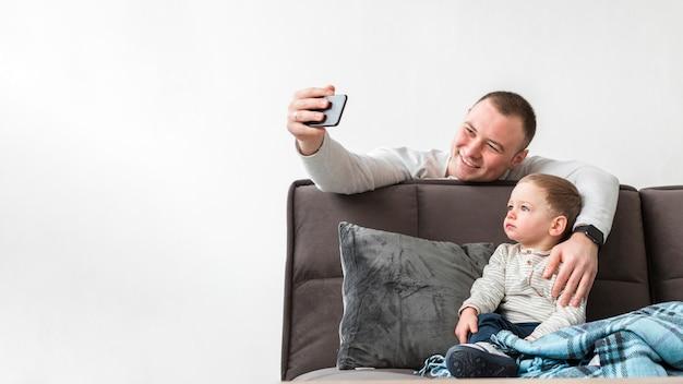 Vater macht ein selfie mit seinem baby