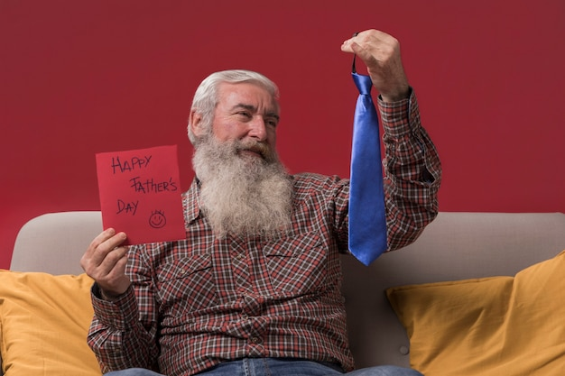 Vater mit einem geschenk von seiner tochter