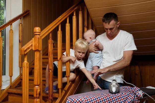 Vater mit einem kleinen kind in den armen