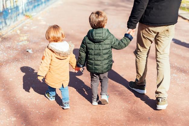 Vater mit kind im park