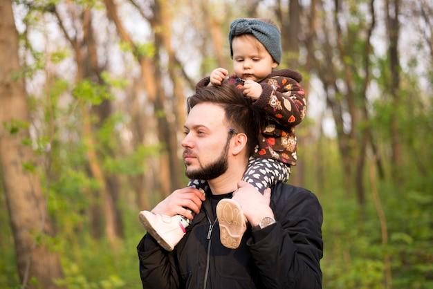 Vater mit kind in der natur
