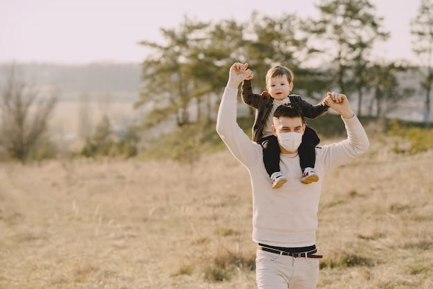Vater mit kleinem sohn, der masken trägt