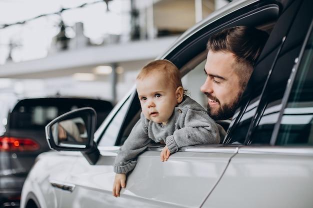 Vater mit kleiner tochter, die im auto sitzt sitting