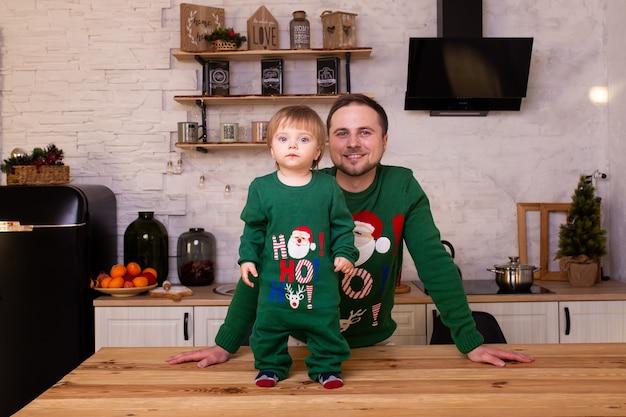 Vater mit seinem kind in der weihnachtsküche zu hause
