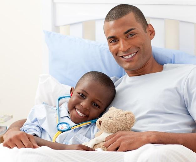 Vater mit seinem kranken kind