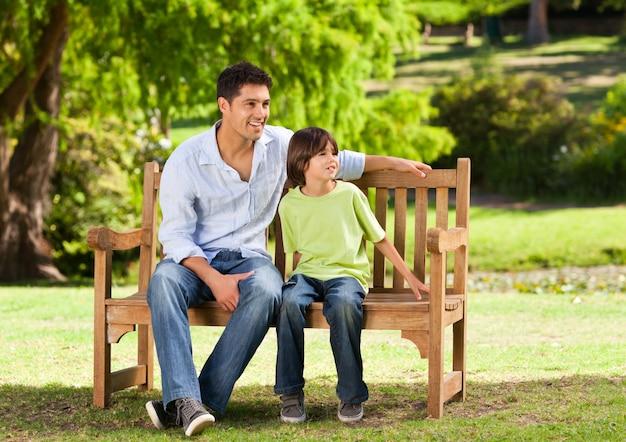 Vater mit seinem sohn auf der bank