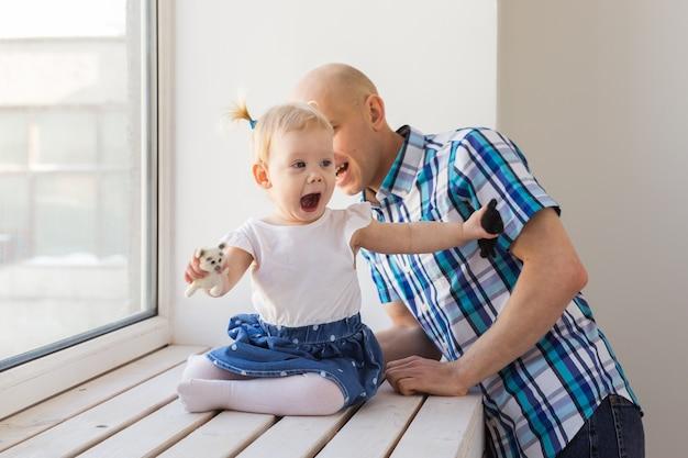 Vater mit seiner fröhlichen babytochter. alleinerziehend. vaterschaft, vatertag und familienkonzept.